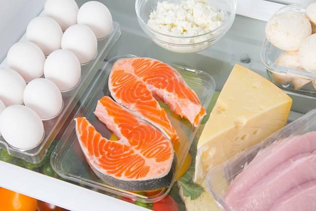 Zvlášť obezřetní bychom měli být při skladování syrového masa včetně ryb a aromatických sýrů.
