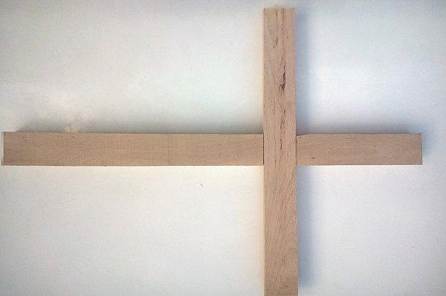 Dřevěněný základ kříže, kdy obě laťky do sebe dobře zapadají.