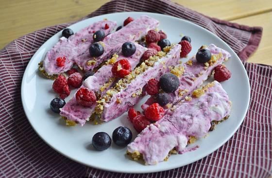 Do mraženého jogurtu si můžete přidat i ovesné vločky nebo ořechy.