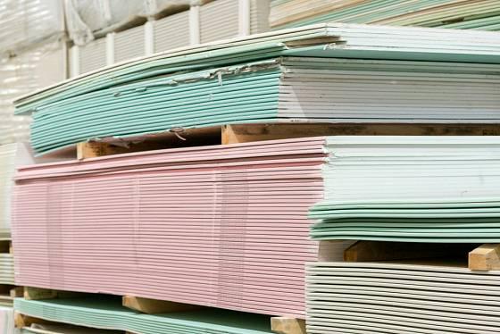 zelené sádrokartonové desky jsou impregnované, proto se hodí i do vlhkých prostor.
