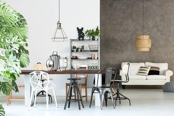 Židličky a stoličky, každá jiná, každá něčím zajímavá.