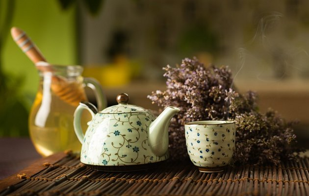 Bylinky připravujte v porcelánu, skle nebo kamenině, ne v kovovém nádobí