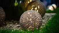 Originální zahradní osvětlení promění večerní zahradu v místo plné kouzel