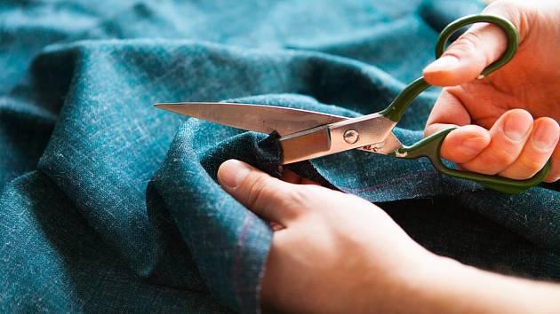Nůžky na stříhání látek.