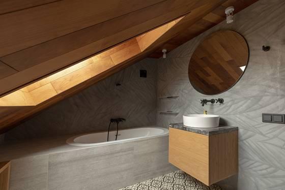 Podkrovní koupelna má své osobité kouzlo.