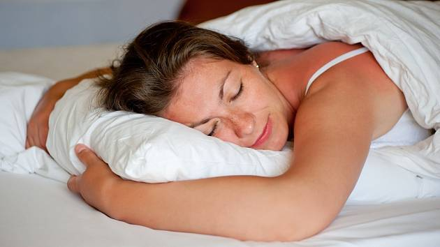 Spánek na břiše lékaři příliš nedoporučují.