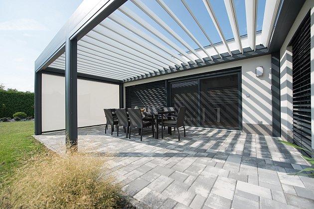Střecha z otočných hliníkových lamel chrání před deštěm a zároveň zajišťuje stínění pergoly