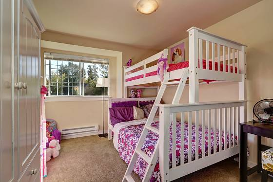 Řešením je i palanda, v tomto případě dole pro rodiče, nahoře pro dcerku. V malém interieru v pronájmu to občas jinak nejde.
