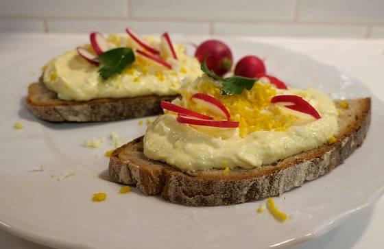 Vajíčkovou pomazánku přizdobíme např. ředkvičkami.