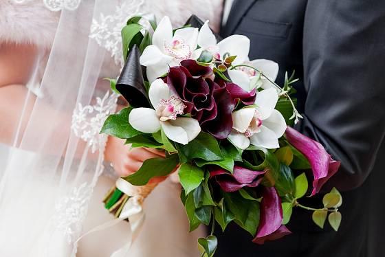 Bílá a fialová patří k populárním kombinacím.
