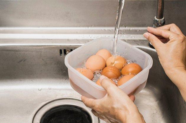 Uvařená vejce zchladíme studenou vodou.