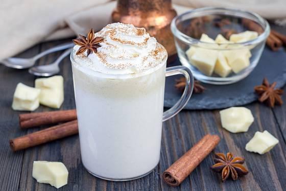 Do bílé horké čokolády zkuste přimíchat i kokosové mléko.