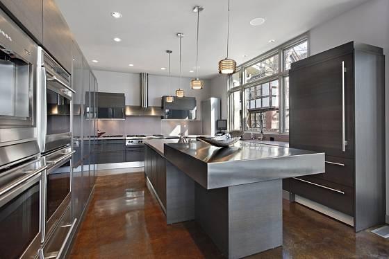 Ultra moderní kuchyně s ostrůvkem z nerezové oceli.