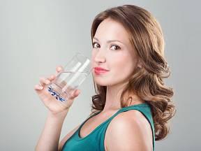 Sklenka vody každou hodinu je ideální pro základní pitný režim
