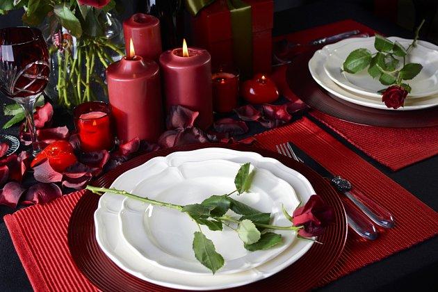 Prostřený stůl vyladěný do červena vytvoří tu správnou romantickou náladu.