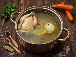 Příprava kuřecího vývaru je ve své podstatě jednoduchá, jen je třeba vyvarovat se několika základních chyb.