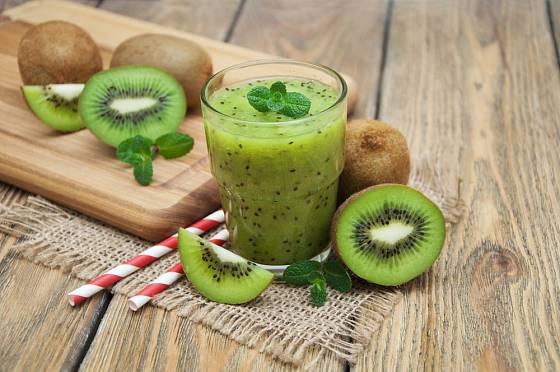 Z kiwi můžeme připravit smoothie plné vitamínů.