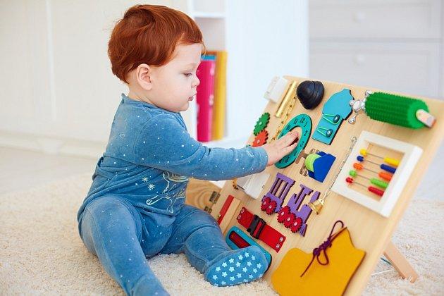 Dítě si na tabuli najde mnoho zajímavých věcí