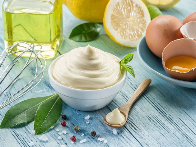 Poctivou majonézu lze připravit doma a ochutit ji dle libosti