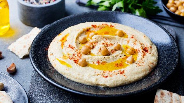 Hummus si vychutnáte nejlépe s čerstvou zeleninou.