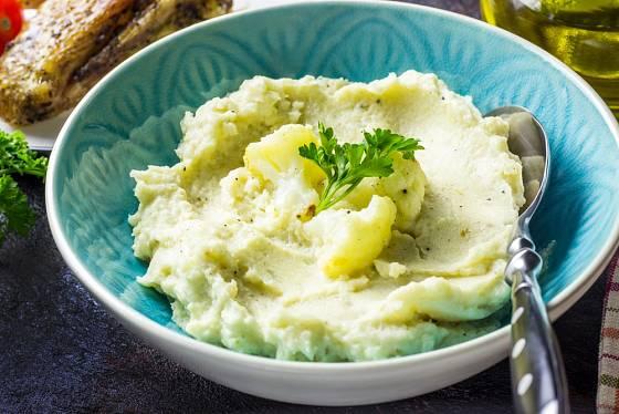 Květáková kaše s olejem je alternativou k nevhodným bramborám.
