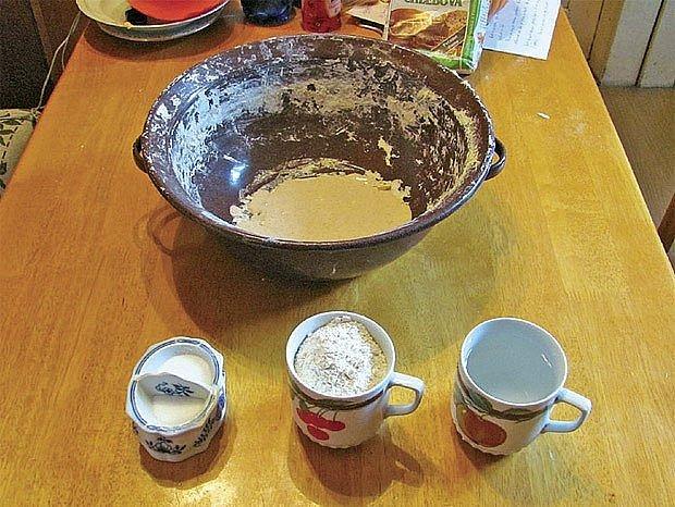 Přidáme po hrnku mouky, vody a půl lžičky soli.