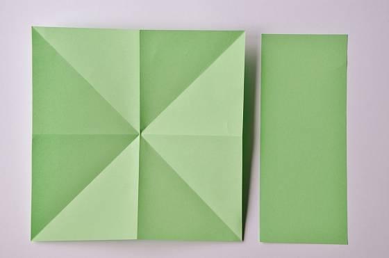 Výroba papírového svícnu ve tvaru lotosového květu
