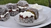 Lamington je slavný australský dezert, pečený obvykle ve formě kostiček.