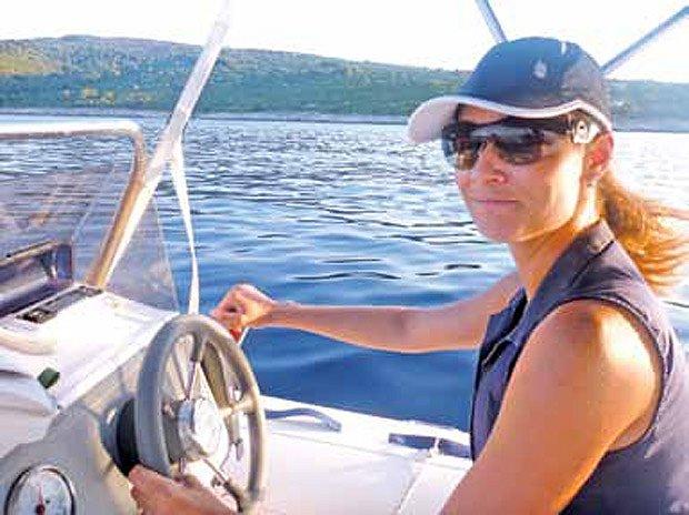 Kromě pěstování oliv má Klára Doležalová ráda i projíždky na lodi.