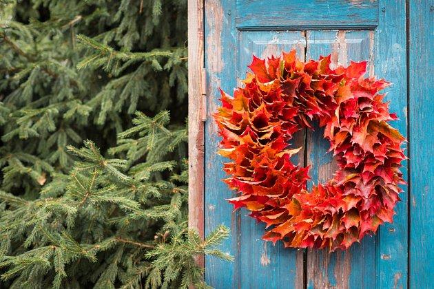 Podzimní věnec z červeně zbarveného javorového listí.
