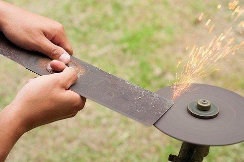 Jakmile budete mít nabroušeno, stačí začistit břity brusným papírem a znovu jej nasadit na sekačku.