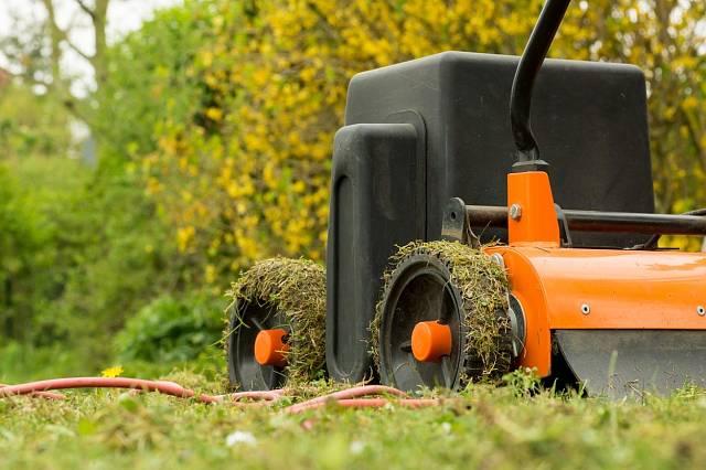 Vertikutátorů existuje mnoho typů, od ručních na malé zahrady až po benzinové na velké pozemky.