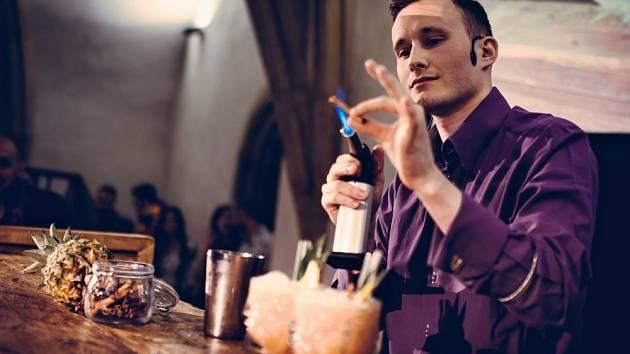 Součástí Rumfestu je i barmanské klání.