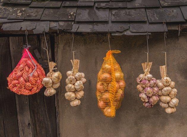 Při skladování česneku je důležité zajistit proudění vzduchu