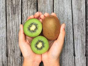 Hlavní roli v dietě hrají plody kiwi.