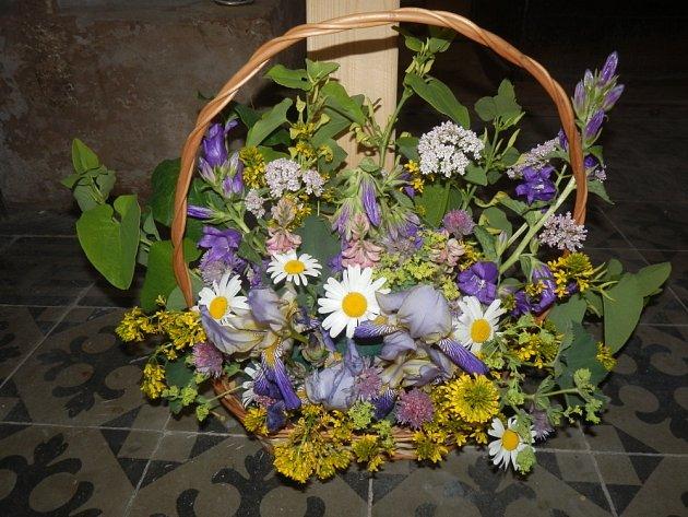 S výzdobou z lučních květin pomáhají žáci z Kopidlna.