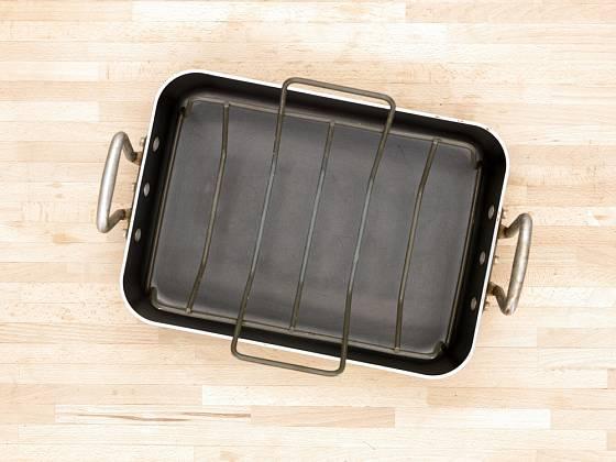 Pekáč opatřený mřížkou zvlášť využijeme při pečení masa.