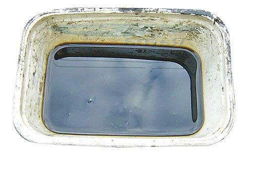 Vyjetý olej obsahuje pevné částice působící jako abrazivum