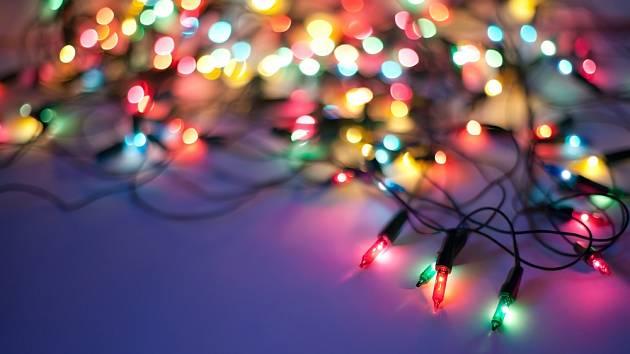 Světýlka k vánoční atmosféře patří.