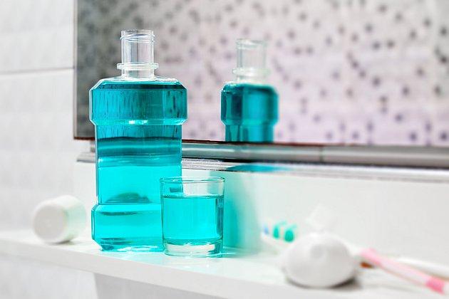 Úklid v koupelně bude snazší i díky ústní vodě.