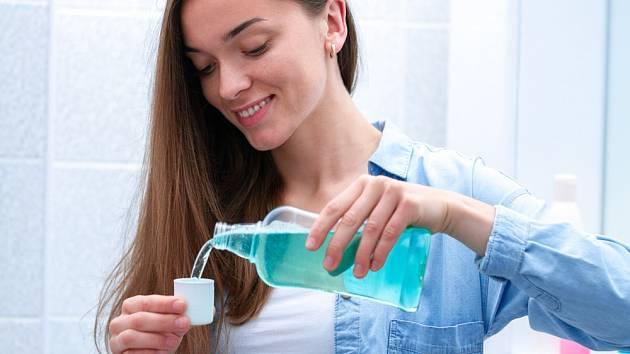 Zkuste si umýt vlasy ústní vodou. Výsledky vás překvapí