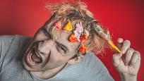 Hodně nepříjemnou situaci může způsobit žvýkačka přilepená vlasech.
