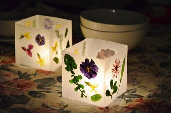 Večer jako na jarní louce díky květinovým lampičkám