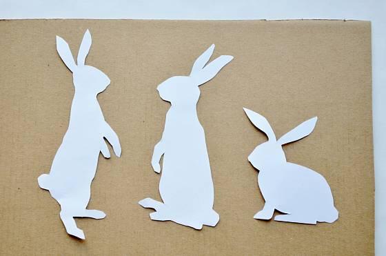 Papírové zajíčky vytvoříme v různých pozicích