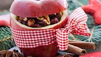 Dekorace z jablek může být i plná vánočních chutí.