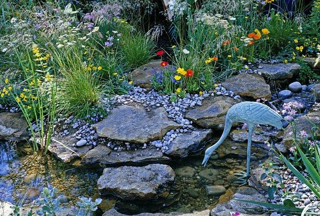 Umělecký doplněk zahradního jezírka