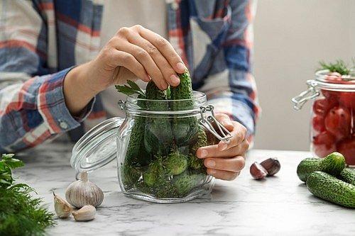 Čistou sklenici postupně naplňte okurkami, bobkovými listy, koprem a případně i dalšími ingrediencemi podle vaší fantazie a chuti.