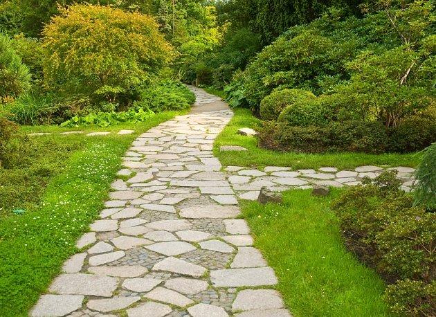 Zahradní cesty mohou mít různou šířku.
