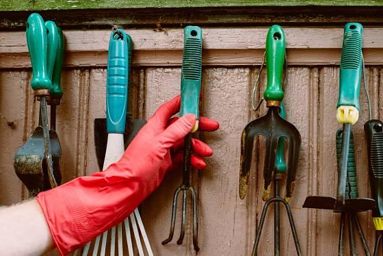 Drobnější zahradní nářadí můžeme zavěsit.