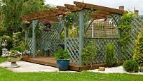 Pergola se závěsnými rostlinami poskytne skvělé místo k odpočinku na zahradě.